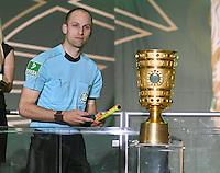 FUSSBALL  DFB POKAL FINALE  SAISON 2015/2016 in Berlin FC Bayern Muenchen - Borussia Dortmund         21.05.2016 Schiedsrichterassistenten Dominik Schaal (Tuebingen) mit Pokal