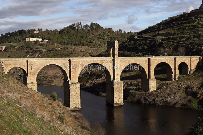 Alcántara Roman bridge, built at the beginning of the 1st century AD by Cayo Julio Lacer; its length is 194 meters; in the middle stands an honorific arch dedicated to Trajan (53 ? 117 AD), Alcántara, Extremadura, Spain