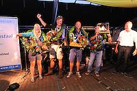 SKÛTSJESILEN: LEMMER: 08-08-2015, IFKS skûtsjesilen, Winnaars Klassement: v.l.n.r. Jehanne Prins schipper van 'De Lege Wâlden' Terherne (C klasse), Floriaan Zwart kampioen (B-klasse) met het skûtsje 'Ut en Thús' (Sneek), Rutger Boonstra 'Hoop op Welvaart' (Sneek) kleine a klasse, Tonny Brundel met het skûtsje 'de Lytse Lies' (Gaastmeer) kampioen in de A klasse, ©foto Martin de Jong