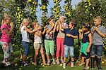 Foto: VidiPhoto<br /> <br /> BAARLO - Kleine kinderen, kleine boompjes. De zogenoemde minitrees van Boomkwekerij Fleuren in het Limburgse Baarlo hangen boordevol appeltjes, maar ze moeten wel geplukt worden. Omdat Fleuren boomkweker is en geen fruitteler, mogen kinderen uit de buurt woensdagmiddag het fruit van de boompjes oogsten en meenemen. De kleine fruitbomen van de Hollandse kweker zijn inmiddels ook in het buitenland enorm populair. De minitrees zijn bestemd voor balkon of terras en worden niet groter dan 2 meter.