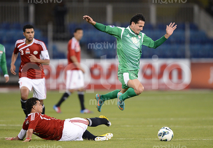 Fussball International Gulf Cup 2013 in Bahrain    Irak - Jemen        12.01.2013 Husam Ibrahim Al Sarray (re, Irak) gegen Ahmed Sadeq Abdulwahid (Boden, Jemen)
