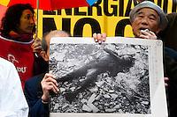 """Roma 16 Marzo 2011.Piazza della Rotonda al Pantheon.Manifestazione dei Verdi per denunciare la pericolosità delle scelte del Governo di un ritorno al nucleare in Italia.Partecipano all'iniziativa due cittadini giapponesi,Tsuboi Susumu di Hiroshima, 83 anni,  e Hiroshi Suenaga di Nagasaki, 75 anni. sopravvissuti alle bombe atomiche sganciate su Hiroshima e Nagasaki dagli americani alla fine della Seconda Guerra Mondiale. I due giapponesi stanno facendo il giro del mondo con la nave """"Peace Now""""  per dire no al nucleare. La foto di una vittima della bomba atomica su Nagasaki..Rome March 16, 2011.Al Pantheon Piazza della Rotonda.Demonstration of the Greens pointed out the dangerousness of the government's choice of a return to nuclear power in Italy. Participating two Japanese citizens of Hiroshima Susumu Tsuboi, 83 years, Hiroshi Suenaga and Nagasaki 75 years. survived the atomic bombs dropped on Hiroshima and Nagasaki by the Americans at the end of Second World War. The two Japanese are doing around the world with the ship """"Peace Now""""to say no to nuclear."""