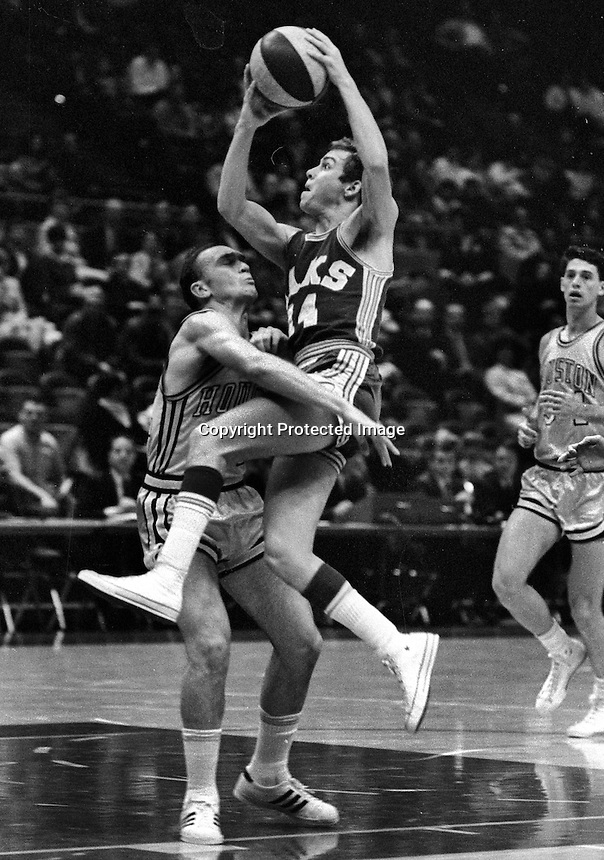 Oakland Oaks Russ Critchfield against Houston ABA game (1969 photo/Ron Riesterer)