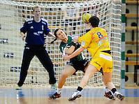 links Sabrina Neuendorf (VFL) gegen rechts Anne Müller (HCL)