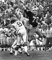 Oakland Raider John Matuszak tries to block pass by Minnesota Viking quarterback Tom Kramer. (1977 photo/Ron Riesterer)