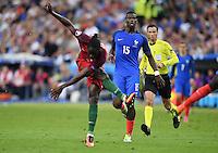 FUSSBALL EURO 2016 FINALE IN PARIS  Portugal 1-0 Frankreich     10.07.2016 Paul Pogba (hinten, Frankreich) beobachtet Eder (vorn, Portugal) beim Torschuss zum entscheidenden Tor zum 1-0