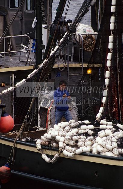 USA/Etats-Unis/Alaska/Petersburg : Pêcheur préparant ses filets  pour la pêche au saumon sur le port de pêche