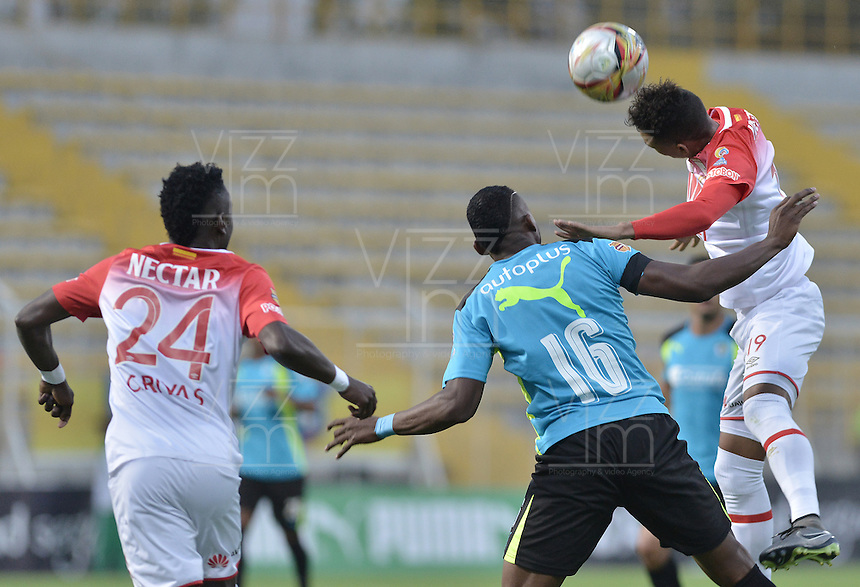 BOGOTÁ -COLOMBIA, 27-02-2016: Camilo Mancilla (C) de La Equidad disputa el balón con Carlos Andres Rivas (Izq) y Miguel Angel Medina (Der) de Independiente Santa Fe durante partido por la fecha 7 de la Liga Águila I 2016 jugado en el estadio Metropolitano de Techo de la ciudad de Bogotá./ Camilo Mancilla (C) player of La Equidad fights for the ball with Carlos Andres Rivas (L)) and Miguel Angel Medina (R) player of Independiente Santa Fe during the match for the date 7 of the Aguila League I 2016 played at Metropolitano de Techo stadium in Bogotá city. Photo: VizzorImage/ Gabriel Aponte / Staff