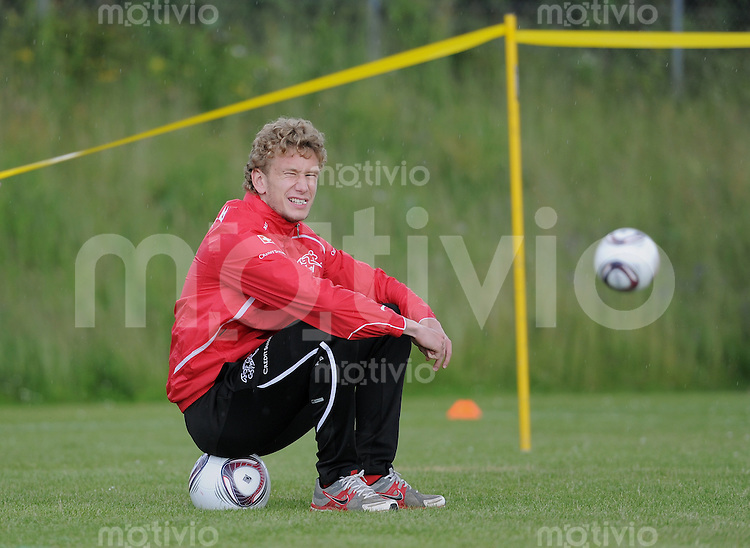 FUSSBALL   UEFA U21-EUROPAMEISTERSCHAFT 2011   FINALE  23.06.2011 Training Schweiz  Fabian Lustenberger (Schweiz) sitzt auf einem Ball