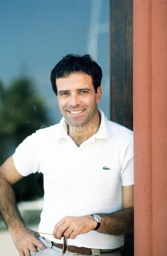 Enrico Montesano è un attore cinematografico, attore teatrale e cantante italiano. Attore versatile ed esuberante, ha spaziato nella sua carriera con enorme disinvoltura dal teatro alla televisione al cinema. Lido (Venezia)- Milano 1992. © Leonardo Cendamo