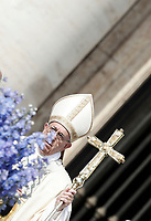 Papa Francesco arriva in Piazza San Pietro per celebrare la Messa di Pasqua. Citt&agrave; del Vaticano, 16 aprile 2017.<br /> Pope Francis arrives to celebrate the Easter mass in Saint Peter's square at the Vatican, on April 16 2017.<br /> UPDATE IMAGES PRESS/Isabella Bonotto<br /> <br /> STRICTLY ONLY FOR EDITORIAL USE