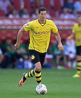 Fussball  1. Bundesliga  Saison 2013/2014   FC Augsburg - Borussia Dortmund      10.08.2013  Robert Lewandowski (Borussia Dortmund) am Ball