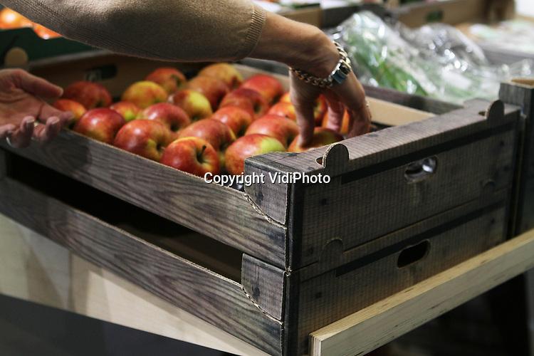 Foto: VidiPhoto..AMSTERDAM - Telers en kwekers vragen onder druk van de consument steeds vaker om trendy en duurzame verpakkingen. Een van de meestgevraagde verpakkingen voor groenten en fruit van dit moment is de 'houtlook' recyclebare kartonnen kist van Smurfit Kappa..