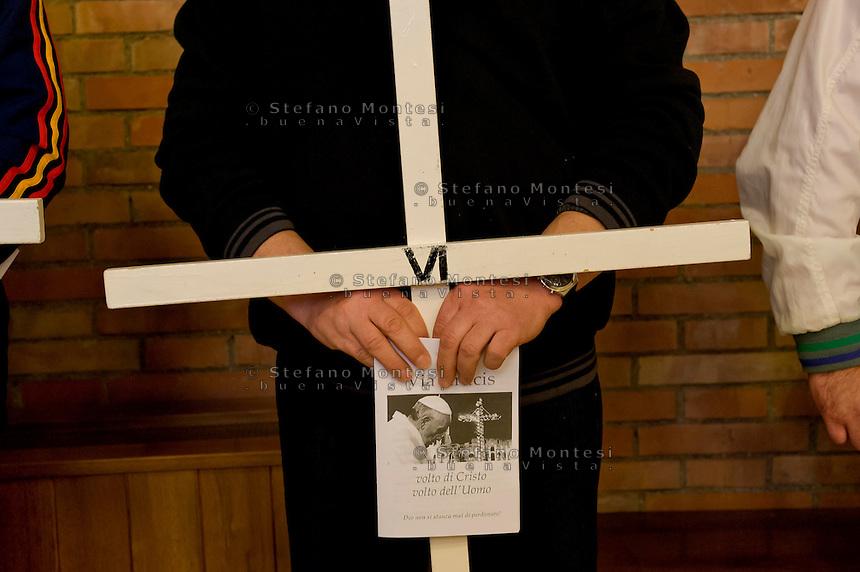 Roma 27 Marzo 2015.<br /> Via Crucis dei detenuti, nel carcere di Rebibbia N.C. nell'ambito delle iniziative della Quaresima di Carit&agrave; a cura della Caritas Diocesana di Roma, con la Croce di Lampedusa realizzata con i materiali dei barconi che hanno trasportato i migranti e benedetta da Papa Francesco.<br /> Rome, Italy. 27th March 2015<br />  Way of the Cross of convicts in the prison Rebibbia NC, under the initiatives of the Lent of Charity, promoted by Caritas of Rome, with the Cross Lampedusa made with the materials of the barges that carried migrants and blessed by Pope Francis.