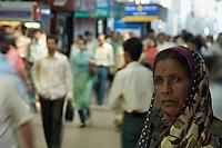 Mumbai RAILWAY STATION DURING EARLY MORNING RUSH HOUR, CENTRAL MUMBAI, INDIA