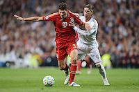 FUSSBALL   CHAMPIONS LEAGUE SAISON 2011/2012  HALBFINALE  RUECKSPIEL      Real Madrid - FC Bayern Muenchen           25.04.2012 Mario Gomez (li, FC Bayern Muenchen) gegen Sergio Ramos (re, Real Madrid)