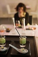 Europe/France/Provence-Alpes-Côte d'Azur/13/Bouches-du-Rhone/Aix-en-Provence: Amuse  bouche, sorbet caramel et huile d'olive  et espumada, crème  mousseuse d'asperges,  recette de Pierre Reboul - Restaurant: Pierre Reboul