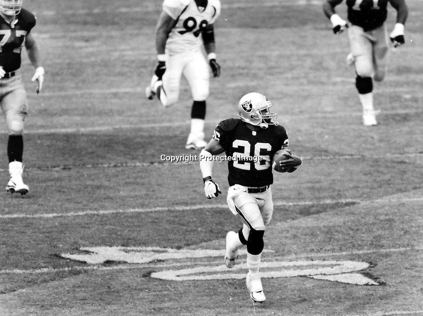 Napoleon Kaufman runs for TD for the Raiders. .Photo by Ron Riesterer