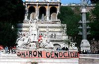 Roma  Piazza del Popolo.Manifestazione per la Palestina.Sullo striscione si legge: Sharon Genocida...Rome Piazza del Popolo.Demonstration for Palestine.The benner reads: Sharon genocidal