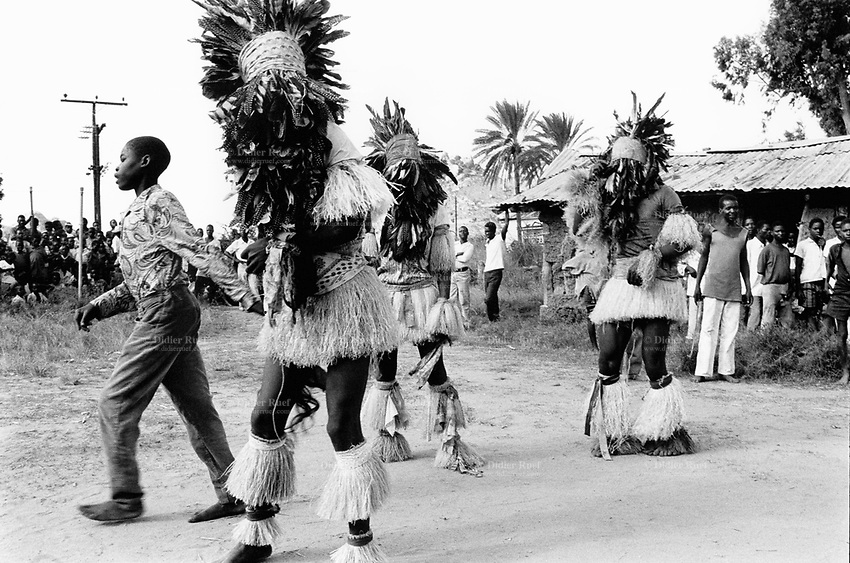 """Mozambique. Province of Tete. Zobue is a small village in the bush. Because of the war between the Government and the rebel of the Frelimo party, the roads are either mined or too dangerous to travel on. People celebrate the mozambican women day. They wear traditional clothes and danse the """"Nhiao"""". © 1992 Didier Ruef"""