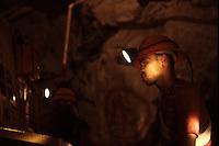 SUDAFRICA - Kimberley, miniera di diamanti di Bultfontein ( Miniere De Beers): minatori al lavoro all'internoo di una galleria della miniera.