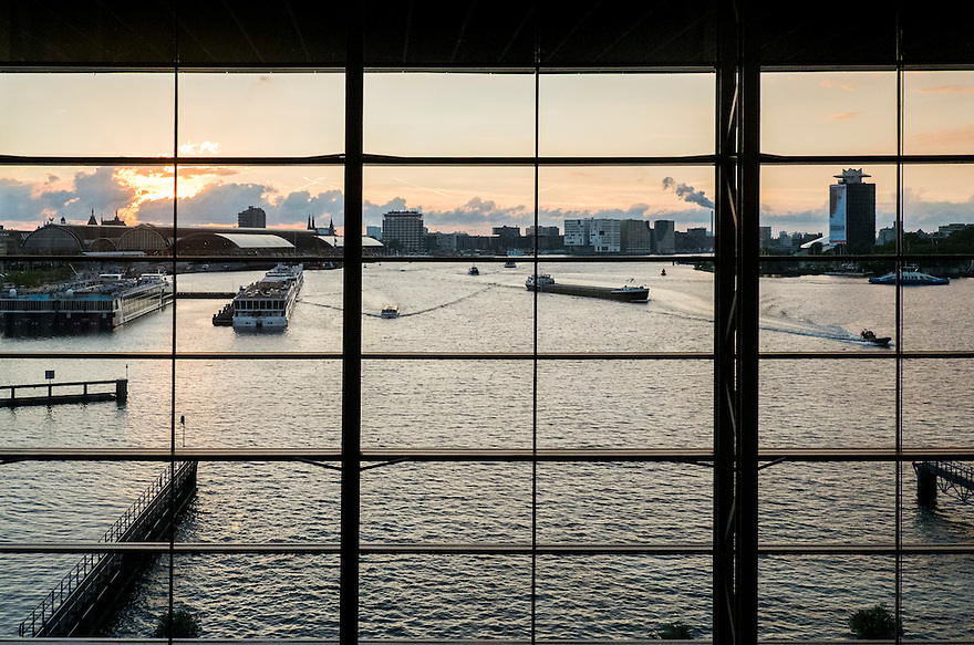 Nederland, Amsterdam, 13 sept 2014<br /> Uitzicht over het IJ vanuit Muziekgebouw het IJ.<br /> Scheepvaart op het IJ<br /> Foto(c): Michiel Wijnbergh