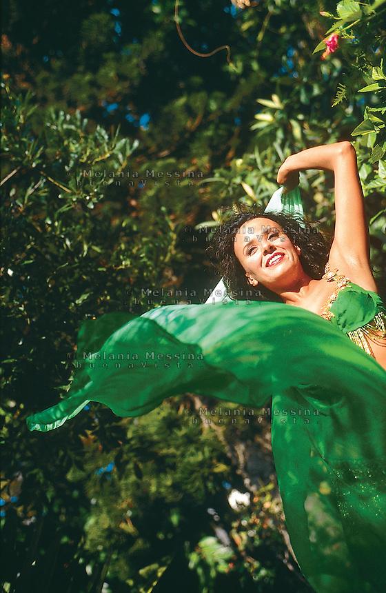 Sabah lives in Palermo, she immigrated from Algeria and she teachs bellydance.<br /> Sabah vive a Palermo, e'emigrata dall'Algeria, insegna danza del ventre.