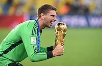 FUSSBALL WM 2014                       FINALE   Deutschland - Argentinien     13.07.2014 DEUTSCHLAND FEIERT DEN WM TITEL: Torwart Ron-Robert Zieler jubelt mit dem WM Pokal