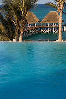 Frique/Afrique de l'Est/Tanzanie/Zanzibar/Ile Unguja/Kiwenga: Hotel Zamani Zanzibar Kempinski: la piscine à débordement et le ponton sur le front de mer.