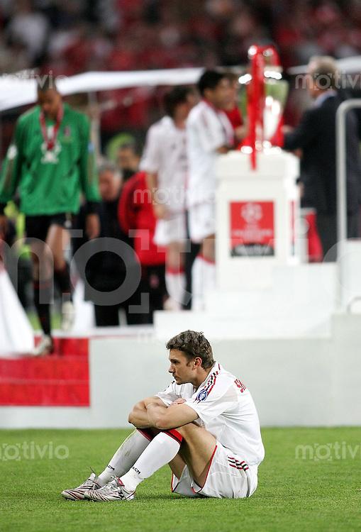 Fussball International UEFA Champions League Finale 2004/2005 AC Mailand -Liverpool FC Enttaeuscht; Andriy Shevchenko am Boden