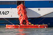 Bij de evacuatie verlaten de passagiers de veerboot via een glijbaan.