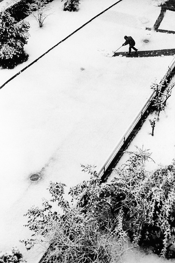 Switzerland. Canton Ticino. Massagno. Snow in the winter. A man cleans the snow with a shovel. Massagno is just outside Lugano. 29.01.08 © 2008 Didier Ruef..
