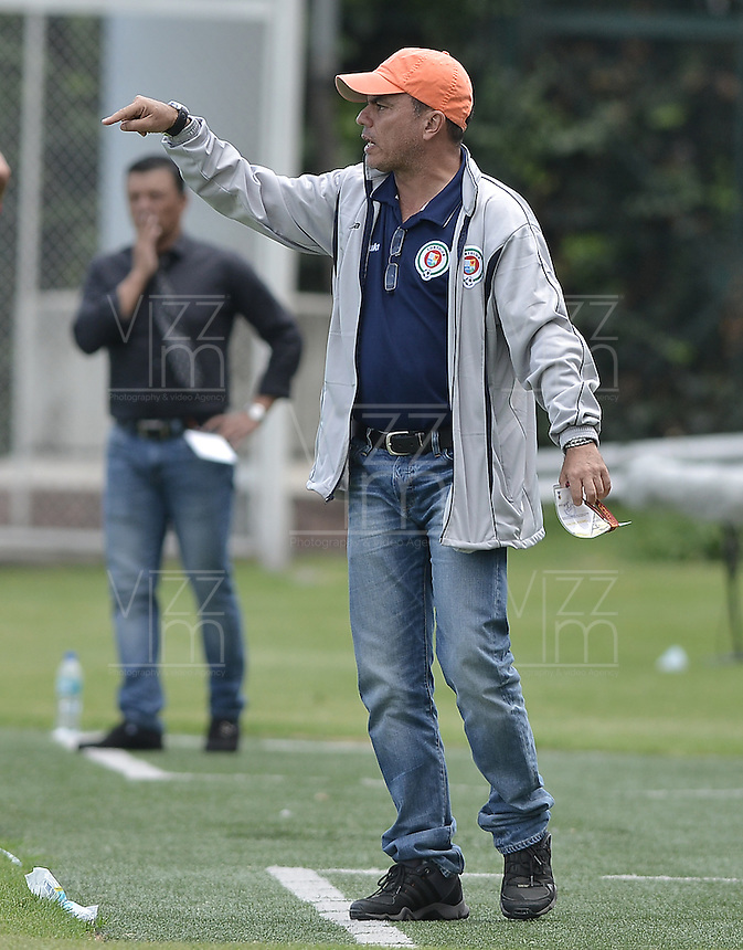 BOGOTA - COLOMBIA -16 -04-2016: Jaime de La Pava técnico de Cortuluá gesticula durante partido contra Fortaleza FC por la fecha 13 de Liga Águila I 2016 jugado en el estadio Metropolitano de Techo en Bogotá./ Jaime de La Pava coach of Cortulua gestures during the match against Fortaleza FC for the date 13 of the Aguila League I 2016 played at Metropolitano de Techo stadium in Bogota. Photo: VizzorImage / Gabriel Aponte / Staff.