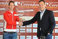 SCHAATSEN: HEERENVEEN: Thialf, 03-05-2013, Persconferentie Team Corendon, Ronald van Dam (Corendon Vliegvakanties) overhandigt Jan Blokhuijsen zijn 'eigen vliegtuig', ©foto: Martin de Jong