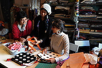 "Donne rom bosniache insegnano lavori di sartoria a due donne somale e una ragazza eritrea,rifugiate politiche e tirocinanti del progetto ""Formare per fare"".La dottoressa Cristina Rosselli, responsabile del progetto..Bosnian Roma women teach the  tailoring work to two Somali women and a Eritrean girl, political refugees and trainees of the project ""Training to doing""."