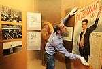 Foto: VidiPhoto<br /> <br /> DOORN - In de voormalige garage van de Duitse keizer Wilhelm II in Doorn, legt conservator Cornelis van der Bas dinsdag de laatste hand van de tentoonstelling &quot;Tusschen twee vuren&quot;, over het neutrale Nederland tijdens de Eerste Wereldoorlog. De unieke expositie en de verbouwde garage worden donderdag geopend door prinses Beatrix. Het nieuwe 'paviljoen' naast Huis Doorn, de laatste woonplek van de Duitse keizer, krijgt de status van offici&euml;le herdenkingsplaats 1914-1918. Er bestaat in ons land geen ander museum dat alle kanten belicht van de gevolgen van de Eerste Wereldoorlog voor Nederland. De expositie vertelt het verhaal aan de hand van vijf thema's: vluchtelingen, mobilisatie, economie, publieke opinie en democratie. Foto: De Telegraaf was de enige krant die tijdens de Eerste Wereldoorlog openlijk partij koos voor de geallieerden. Met als gevolg dat de hoofdredacteur werd gearresteerd.