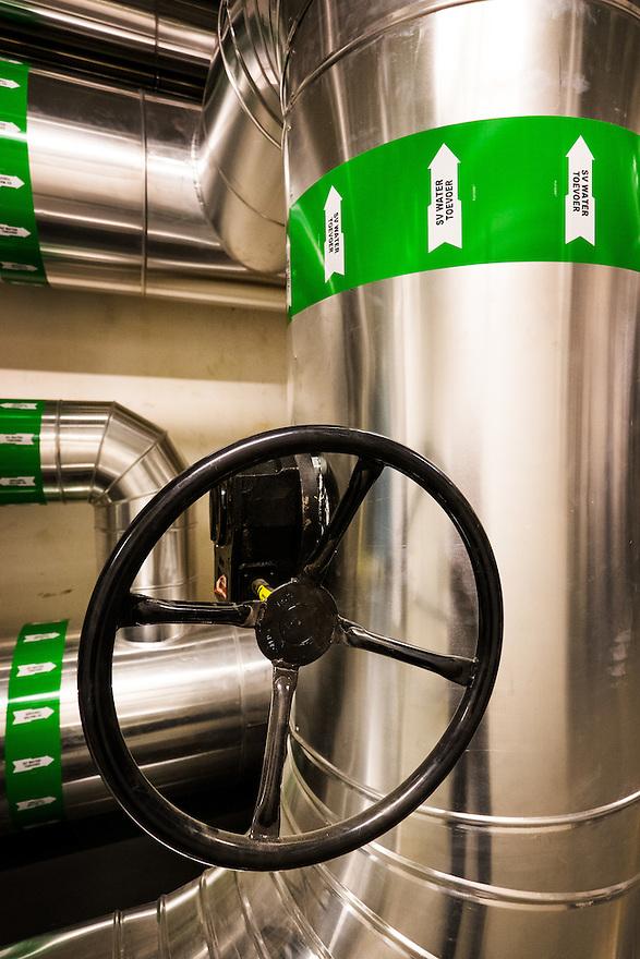 Nederland, Purmerend, 17 maart 2015<br /> SVP, Stadsverwarming Purmerend. Stadsverwarmingscentrale geheel gestookt op biomassa. Houtsnippers die vrijkomen bij het onderhoud van bossen in heel nederland worden hier in de centrale verbrand. Vermeden co2 uitstoot is 50.000 ton per jaar.  Deze centrale is daarmee de meest duurzame warmteleverancier van Nederland.  <br /> Foto: (c) Michiel Wijnbergh