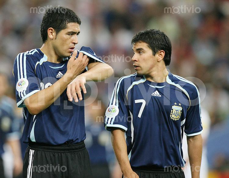 Fussball WM 2006  Gruppenspiel  Vorrunde Argentinien - Serbien/Montenegro Juan RIQUELME (ARG, li) und Javier SAVIOLA (ARG)