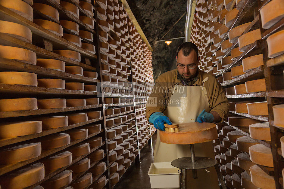 Italie, Val d'Aoste,  Issogne: Cave d&rsquo;affinage de la Fontina // Italy, Aosta Valley,  Issogne:  Fontina maturing cellar <br /> <br /> AUTO N&deg;: 2013-157
