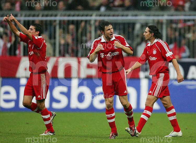 Fussball Bundesliga FC Bayern Muenchen - VFB Stuttgart V.l.: Roy MAKAAY, Mark VAN BOMMEL und Claudio PIZARRO (alle FCB), Jubel, jubelnd, jubelt, feiern, Freude, Emotion, positiv, Reaktion, Torjubel, Daumen hoch.
