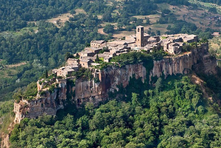 Civita di Bagnoregio, il borgo e la rupe su cui sorge. Veduta aerea da ...