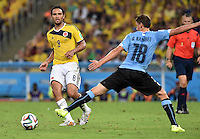 FUSSBALL WM 2014                ACHTELFINALE Kolumbien - Uruguay                  28.06.2014 Abel Aguilar (li, Kolumbien) gegen Gaston Ramirez (re, Uruguay)