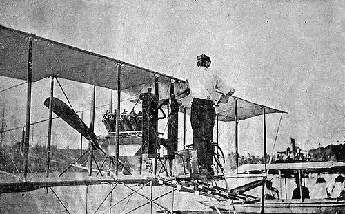 El aviador Burnside revisando el motor. Blanco y Negro. Año VI, No. 265. 15 de febrero de 1914.© E. García
