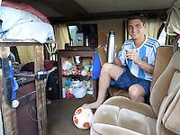 FUSSBALL WM 2014  24.06.2014 Argentinische Fans campen an der Copacabana, sie trinken Mate tee und spielen Fussball