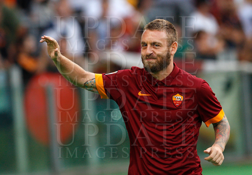 Calcio, amichevole Roma vs Fenerbahce. Roma, stadio Olimpico, 19 agosto 2014.<br /> AS Roma midfielder Daniele De Rossi greets fans during the team's presentation, prior to the friendly match between AS Roma and Fenerbache at Rome's Olympic stadium, 19 August 2014.<br /> UPDATE IMAGES PRESS/Riccardo De Luca