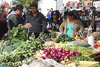 San Juan del Río. Qro. 29 de diciembre de 2013.- Cientos de personas acuden a los tianguis de fines de semana en la ciudad. En la imagen, el mercado sobre ruedas en las cercanías del Mercado Juárez. Foto Eduardo Trejo/OPA