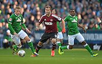 FUSSBALL   1. BUNDESLIGA   SAISON 2013/2014   7. SPIELTAG SV Werder Bremen - 1. FC Nuernberg                    29.09.2013 Berkay Dabanli (Mitte, 1. FC Nuernberg) gegen Aaron Hunt (li) und Cedrick Makiadi (re, beide SV Werder Bremen)