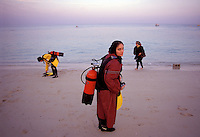 © Caroline Penn / Panos Pictures..Iranian women in sport..Kish Island, Iran. October 1999...Students on a scuba diving lesson on the holiday island of Kish in the Persian Gulf.