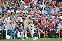 KAATSEN: FRANEKER: Sjûkelân, 31-07-2013, 160e PC Kaatsen, een streaker meldt zich tijdens de finale, ©foto Martin de Jong