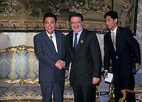 Roma 1996.Il  Presidente del Consiglio  Romano Prodi riceve a Palazzo Chigi Li Peng premier della Repubblica popolare cinese.